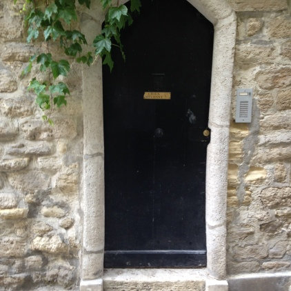 An intriguing gateway in a 16th arrondissement lane